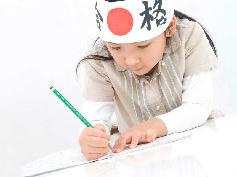 受験勉強をしている女の子