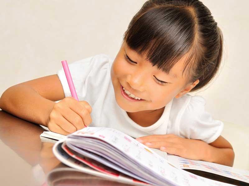 楽しく勉強をしている女の子