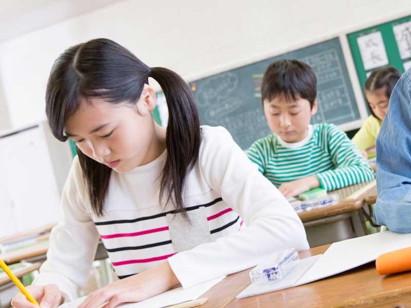 勉強をしている小学生達