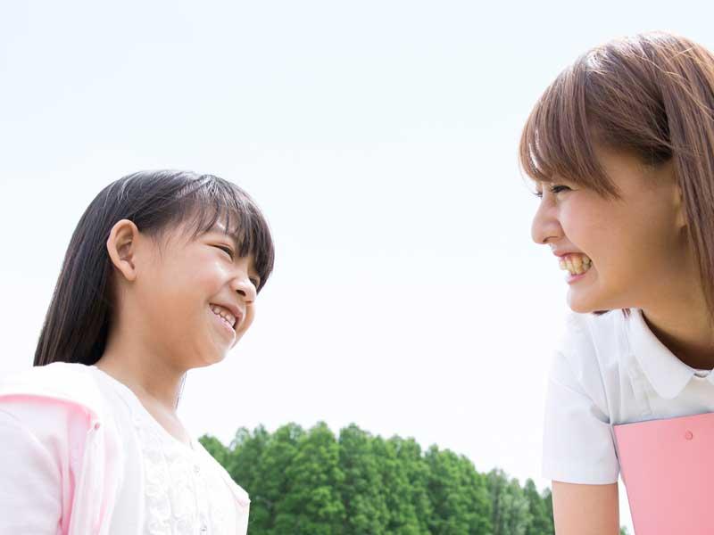 談笑する看護士と子供