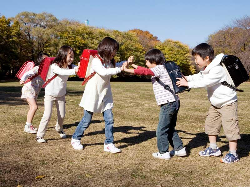 公園で遊んでいる小学生達