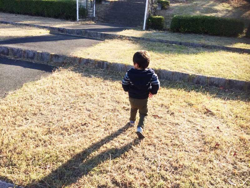 芝の上で走り回る男の子