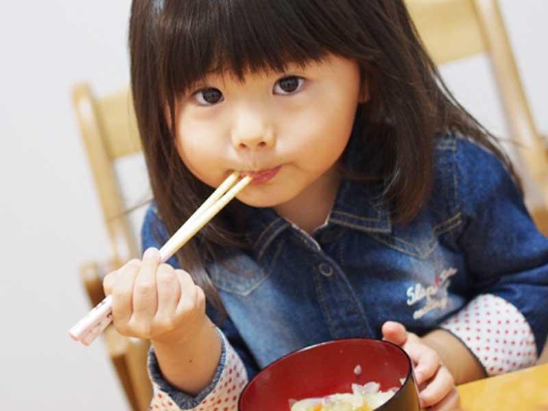 食事をしている女の子