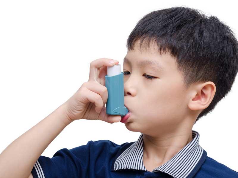 吸入器を使っている男の子