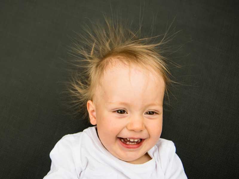 静電気で髪の毛が逆だっている赤ちゃん