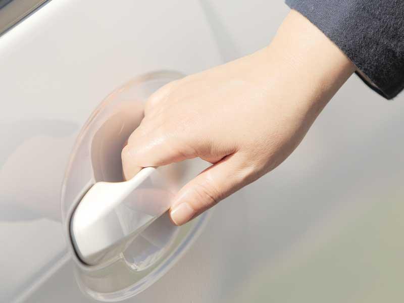 車のドアを開けようとしている女性の手