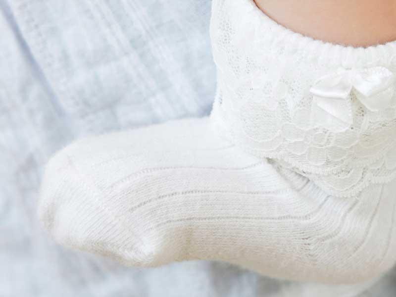 靴下を履いている赤ちゃんの足