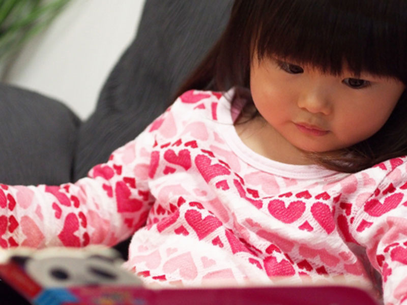 図鑑を読んでいる女の子