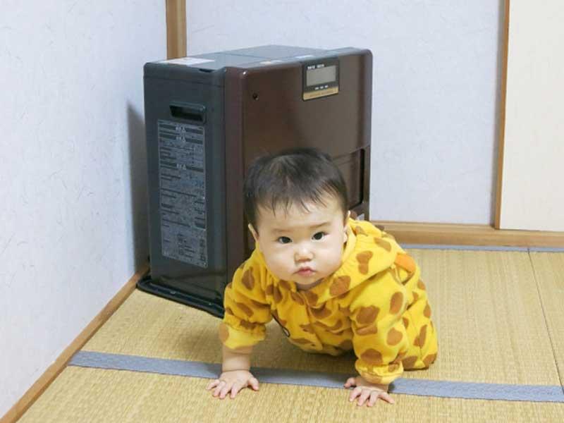 リビングで遊ぶ赤ちゃん