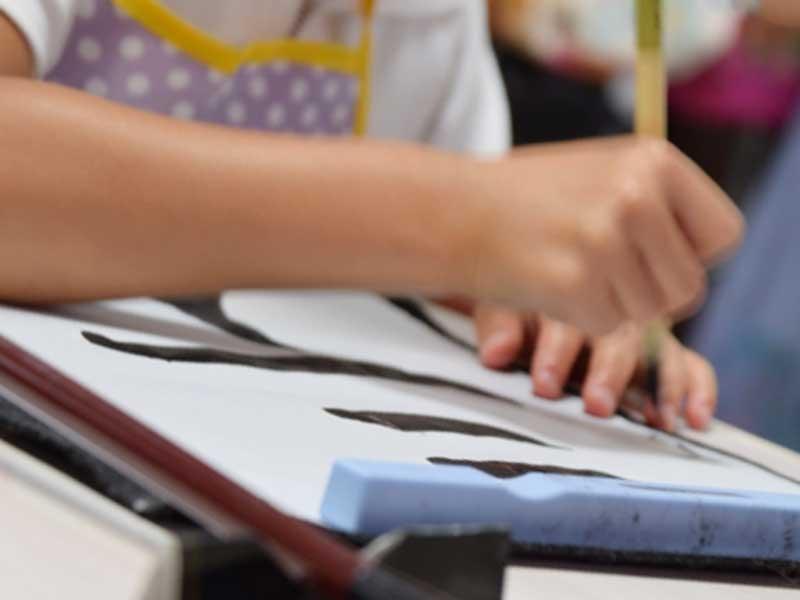 筆文字を書く女の子の手