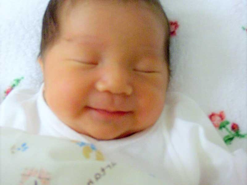笑顔で寝ている赤ちゃん