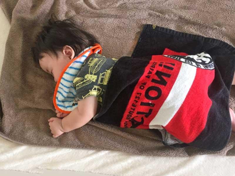 寝返りをした赤ちゃん