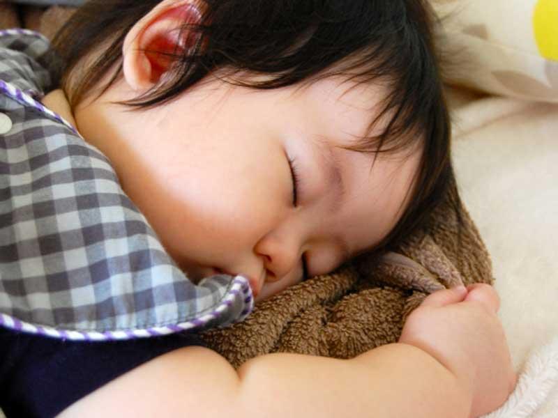 気持ちよさそうに寝る赤ちゃん