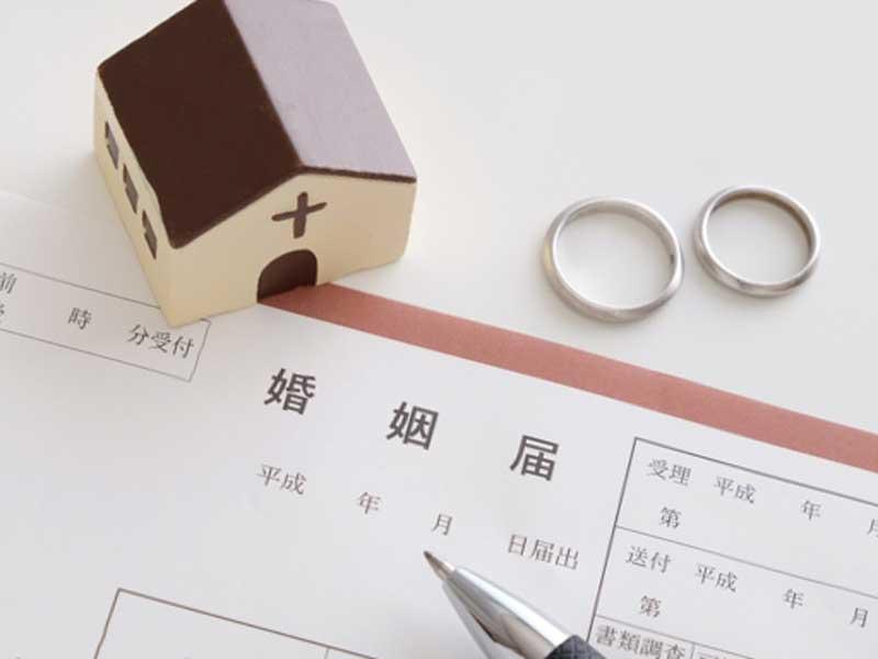 結婚指輪と婚姻届