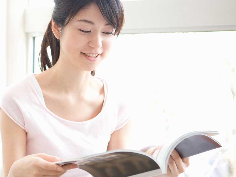 雑誌を読んでいるママ