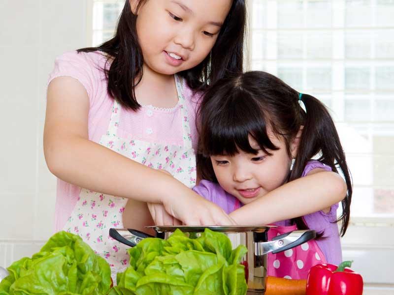 料理をしている姉妹