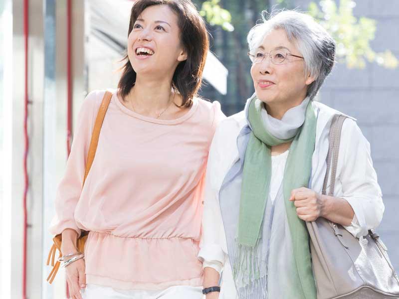街を歩く母と娘