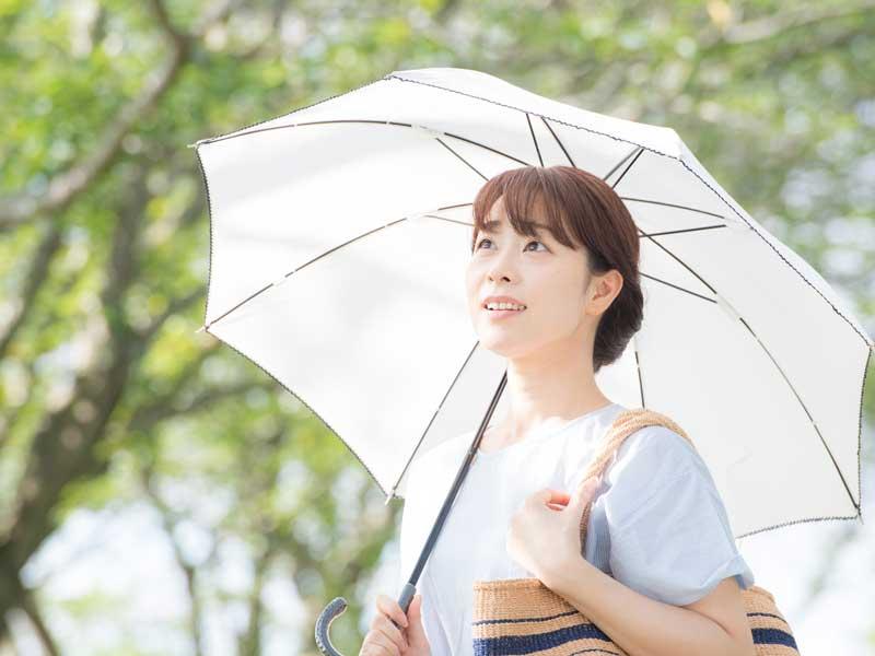 日傘をさす妊婦さん