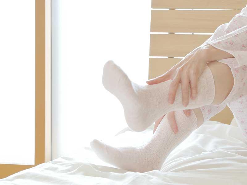 靴下を履いている妊婦さんの足