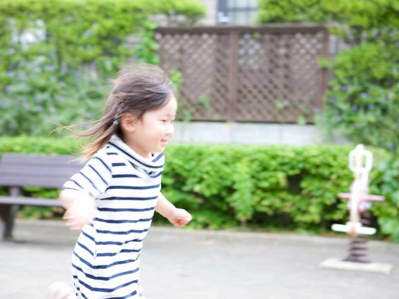公園で走る女の子