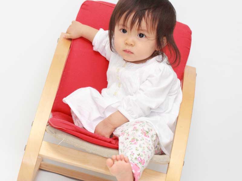 椅子に座っている女の子