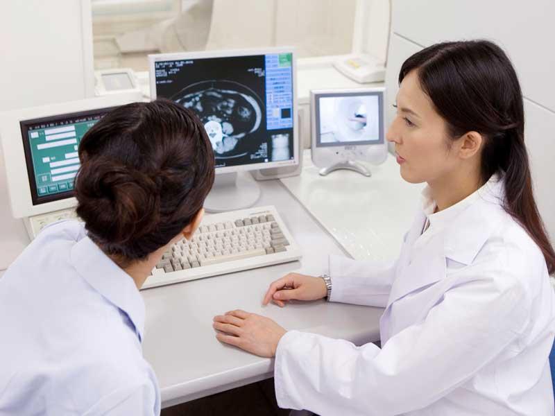 CTの画像を見ながら話す女医と技師