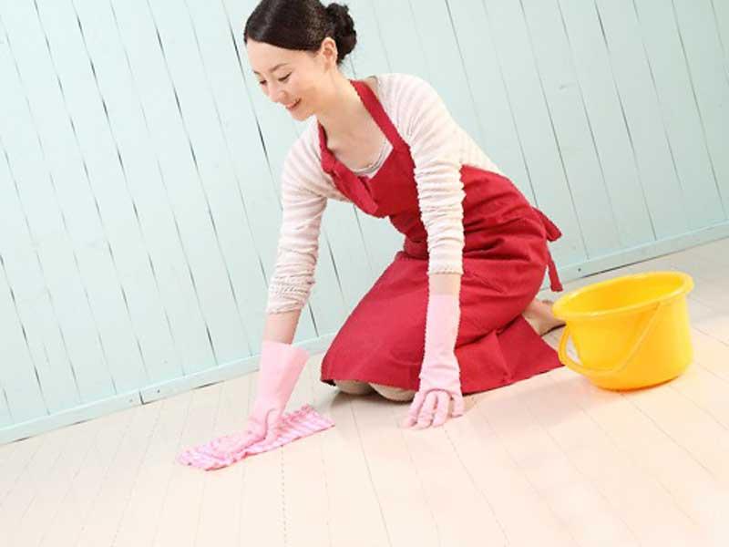 掃除をしている産後ママ