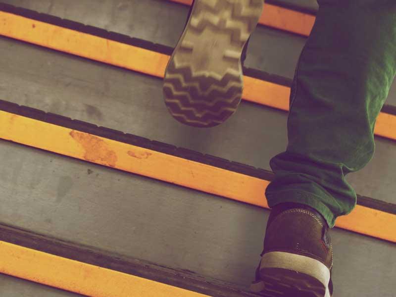 重そうに階段を上る足
