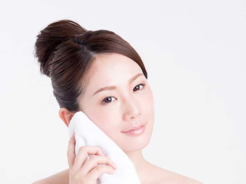 洗顔をした女性
