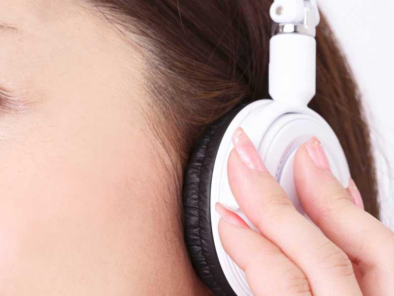 音楽を聴いている妊婦さん