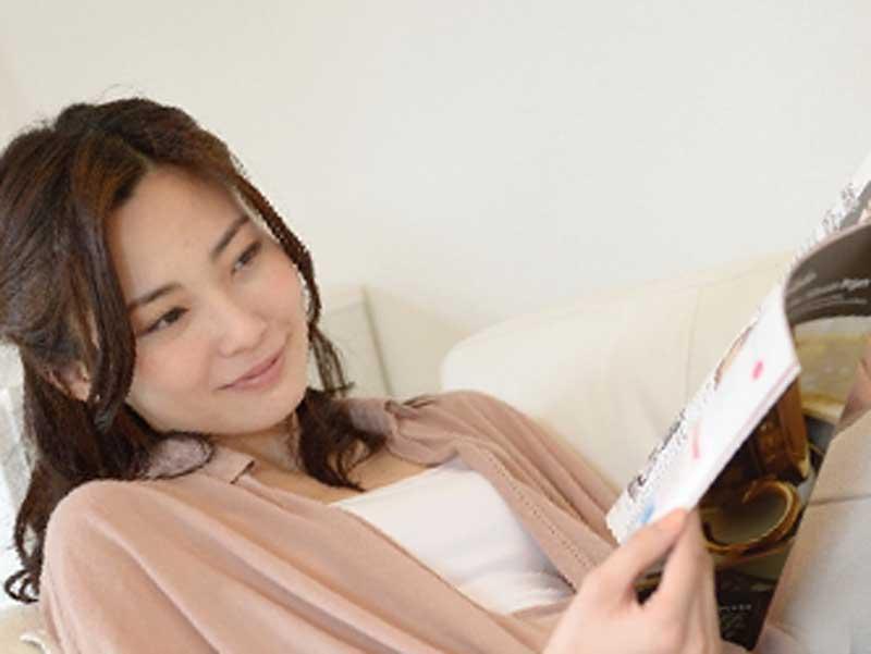 雑誌を読む妊婦さん