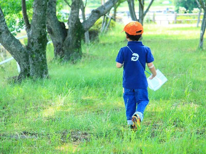 公園で遊んでいる男の子