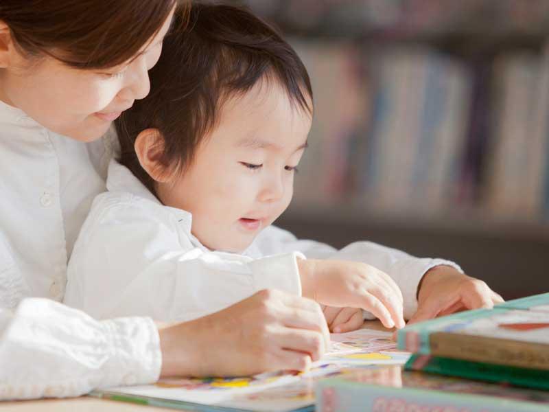 図書館で本を読む親子