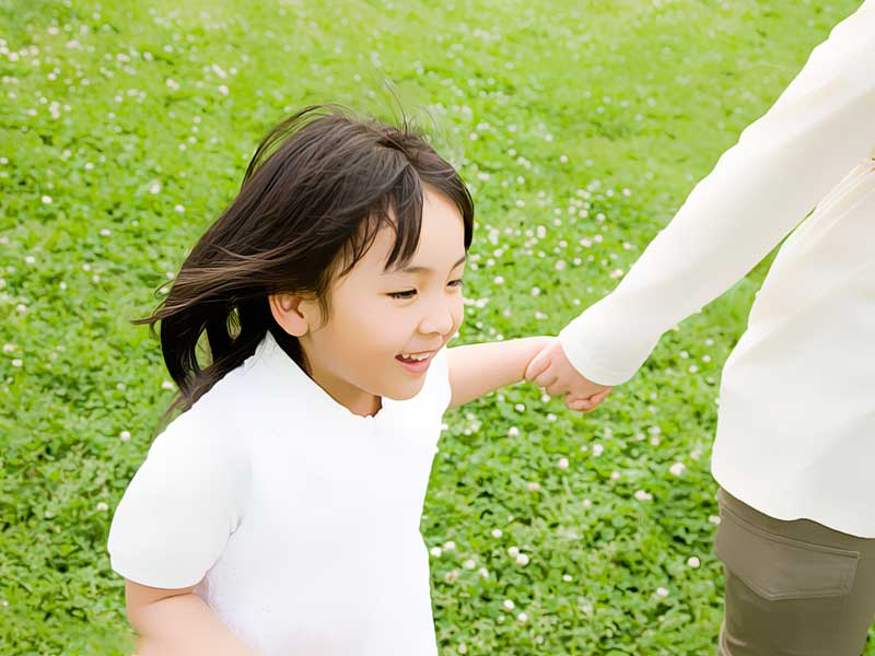 お母さんの手を繋ぐ女の子
