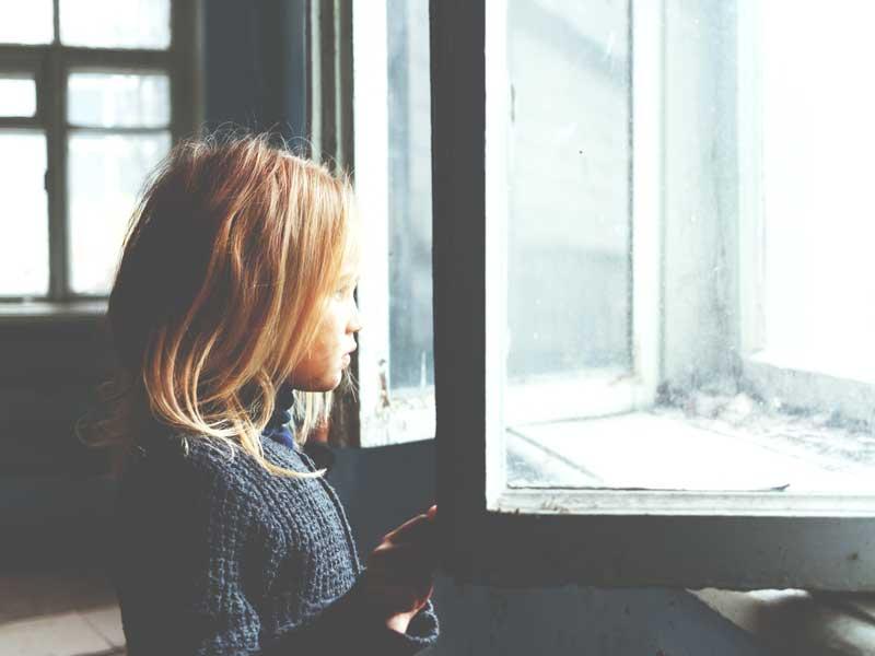 窓から眺める女の子