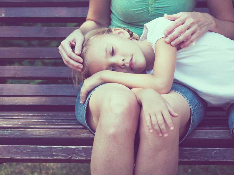 ママの足の上で寝る