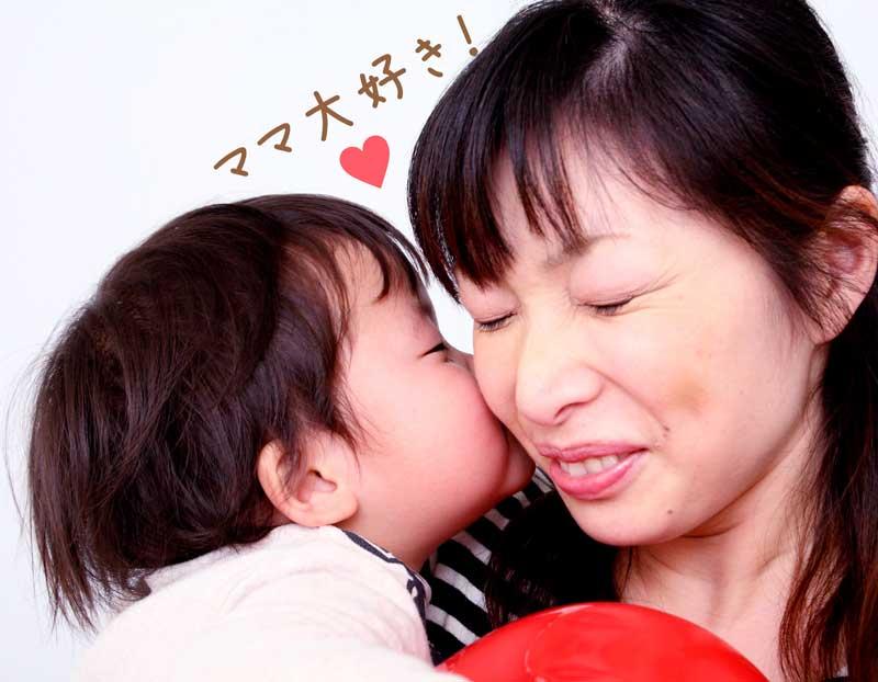 ママにキスする赤ちゃん