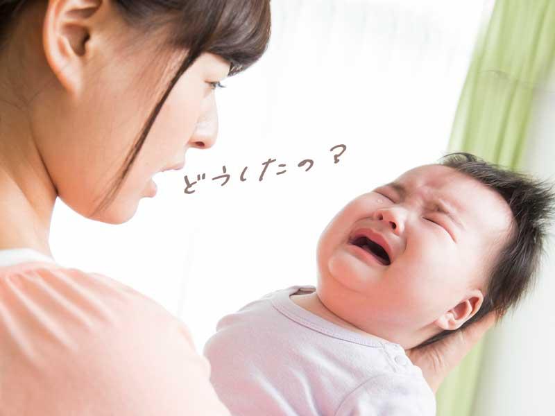 泣いている赤ちゃんを抱っこするママ