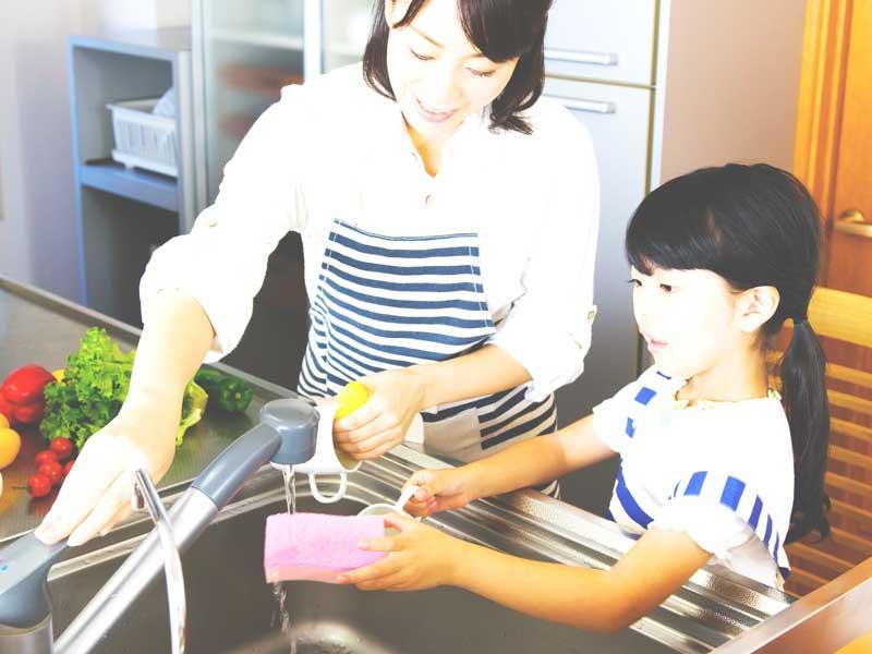 洗い物する親子