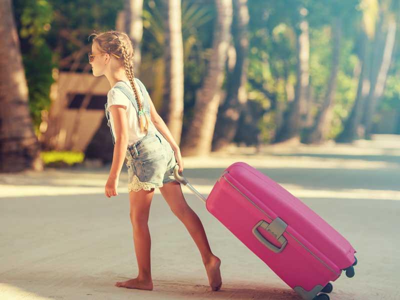 自分で荷物を持つ子供