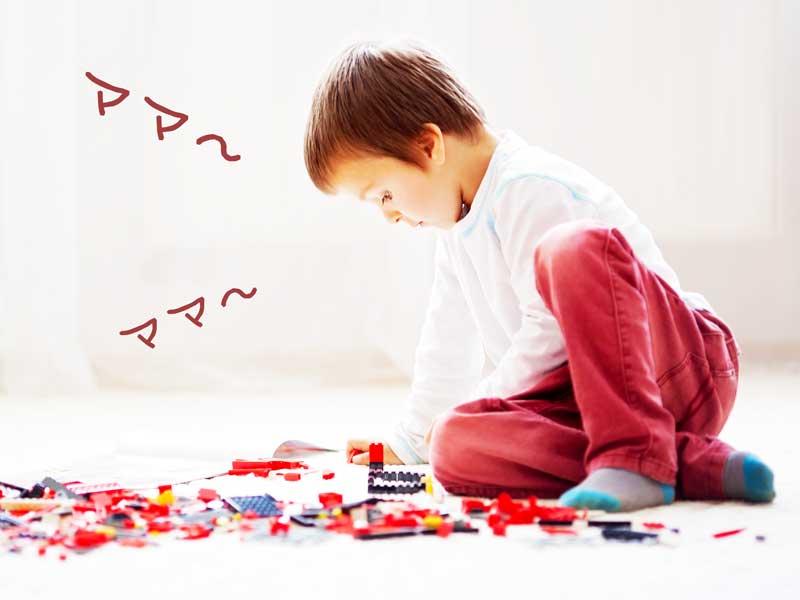 LEGOブロックで遊ぶ男の子