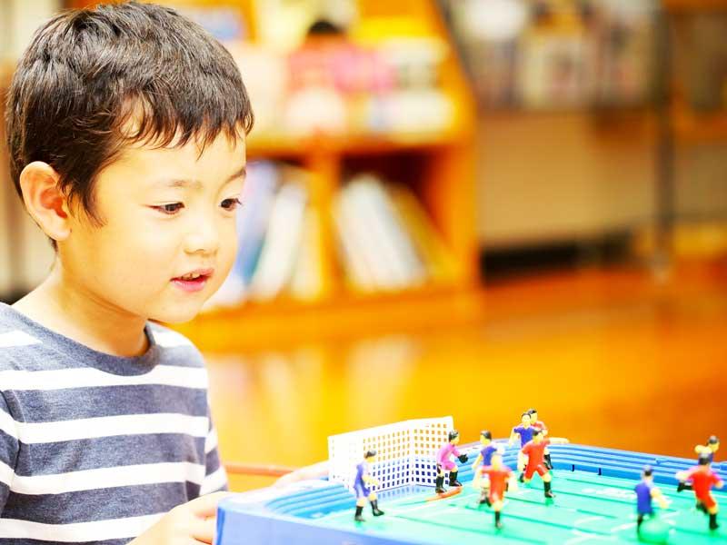 サッカーゲームを遊んでいる子供