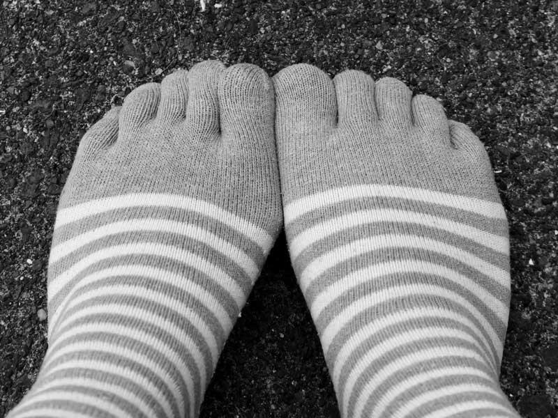 5本指ソックスを履く妊婦さんの足