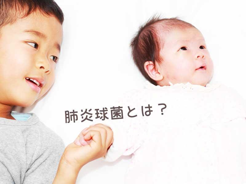 赤ちゃんの手を繋ぐお兄さん