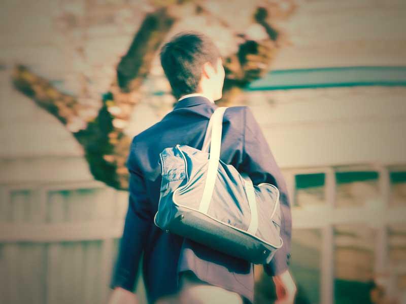通学中の中学生の男の子