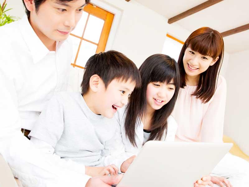 パソコンを見ている家族