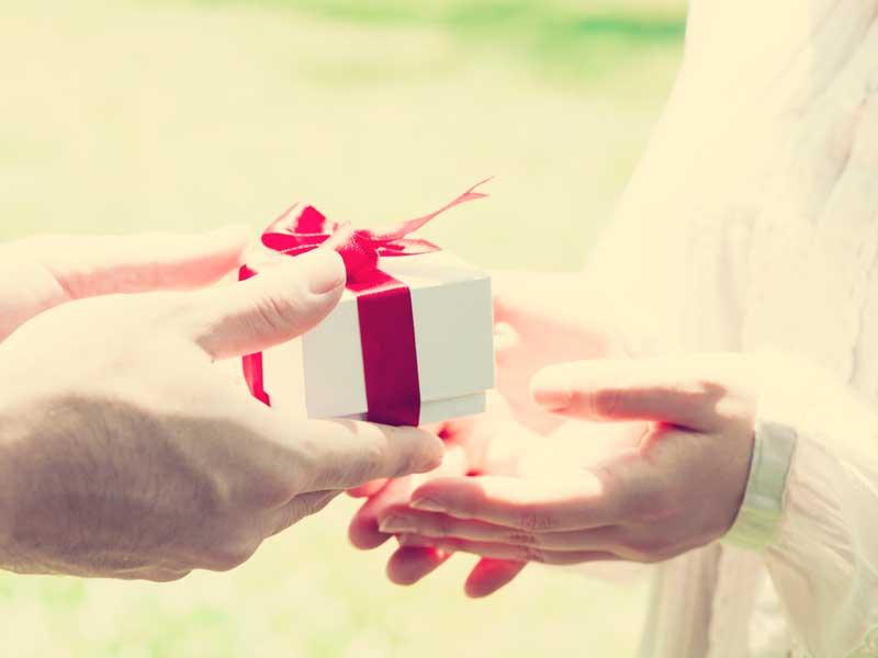妻に誕生日プレゼントを渡す夫
