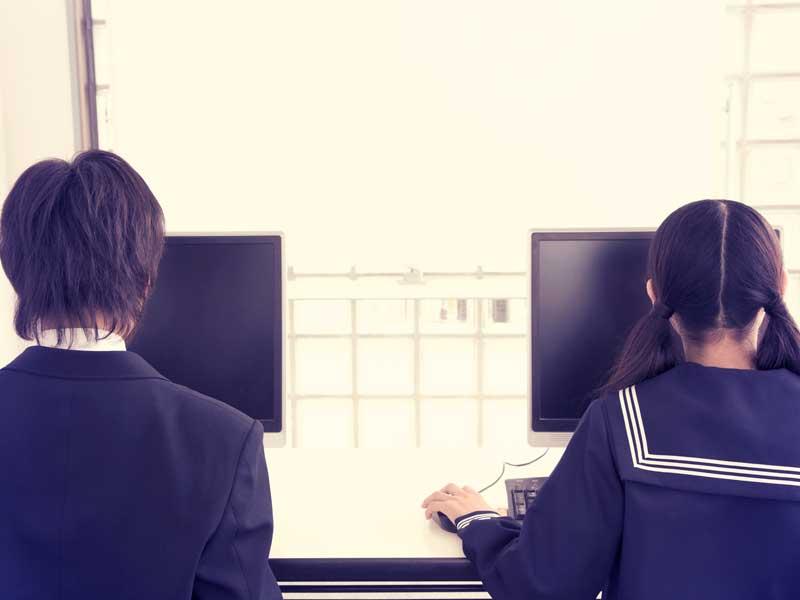 パソコンを学ぶ中学生