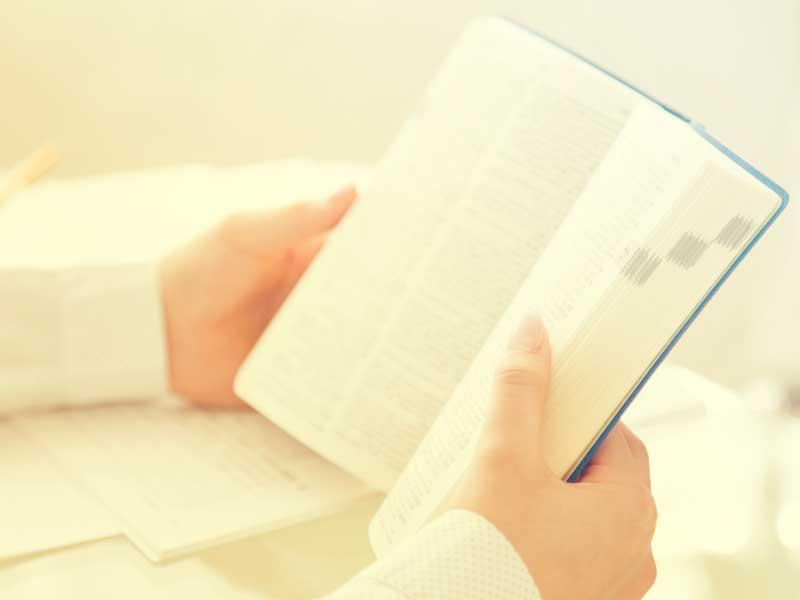 辞書を開いている女の子の手