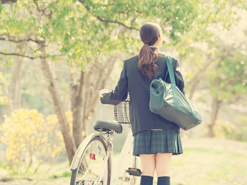 自転車で通学する中学生